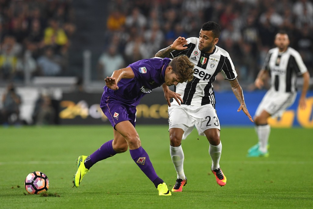 TURIN, ITALY - AUGUST 20: Daniel Alves (R) of Juventus FC competes with Marcos Alonso of ACF Fiorentina during the Serie A match between Juventus FC and ACF Fiorentina at Juventus Arena on August 20, 2016 in Turin, Italy. (Photo by Valerio Pennicino/Getty Images)