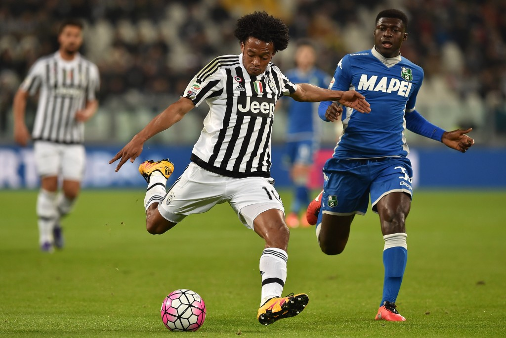 TURIN, ITALY - MARCH 11: Juan Cuadrado (L) of Juventus FC in action against Alfred Duncan of US Sassuolo Calcio during the Serie A match between Juventus FC and US Sassuolo Calcio at Juventus Arena on March 11, 2016 in Turin, Italy. (Photo by Valerio Pennicino/Getty Images)