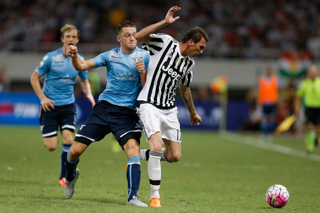 SHANGHAI, CHINA - AUGUST 08: Mario Mandzukic (R) of Juventus FC contests the ball against Stefan De Vrij (C) of Lazio during the Italian Super Cup final football match between Juventus and Lazio at Shanghai Stadium on August 8, 2015 in Shanghai, China. (Photo by Lintao Zhang/Getty Images)