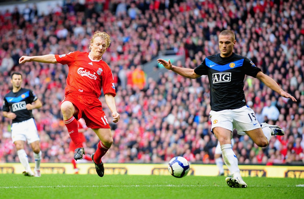 LIVERPOOL, ENGLAND - OCTOBER 25: Nemanja Vidic of Manchester United competes with Dirk Kuyt of Liverpool during the Barclays Premier League match between Liverpool and Manchester United at Anfield on October 25, 2009 in Liverpool, England. (Photo by Clive Mason/Getty Images)
