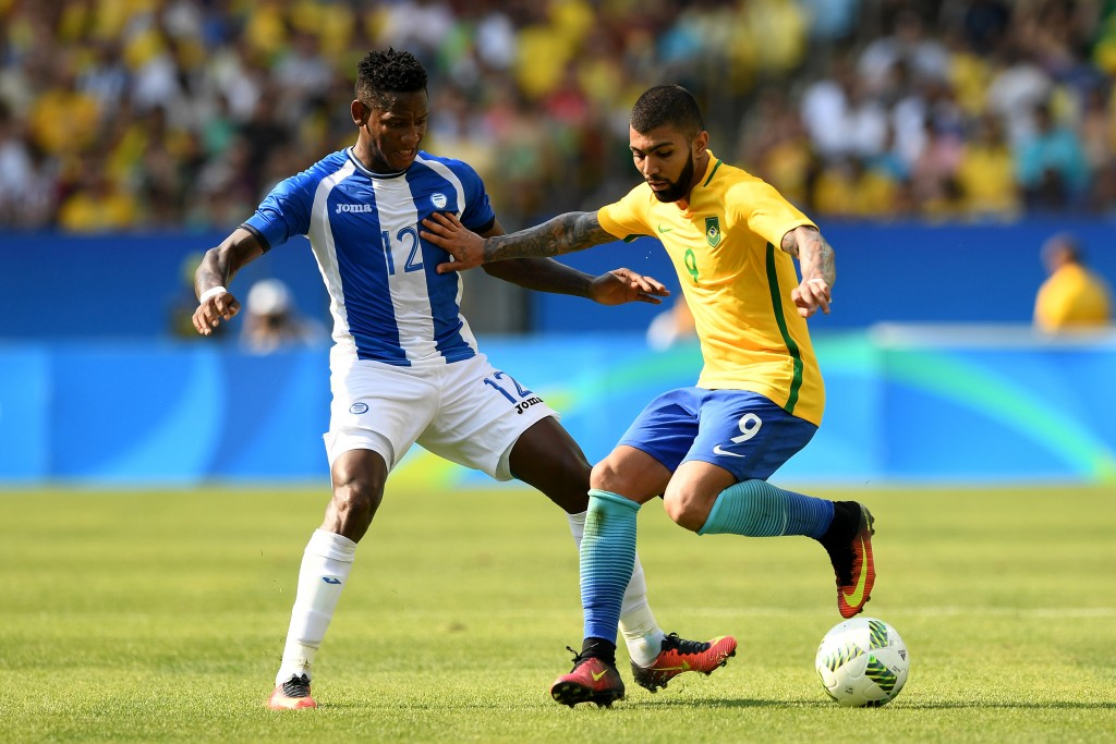 RIO DE JANEIRO, BRAZIL - AUGUST 17:  Romell Quioto of Honduras and Gabriel Barbosa of Brazil in action during the Men's Semifinal Football match between Brazil and Honduras at Maracana Stadium on Day 12 of the Rio 2016 Olympic Games on August 17, 2016 in Rio de Janeiro, Brazil.  (Photo by Quinn Rooney/Getty Images)