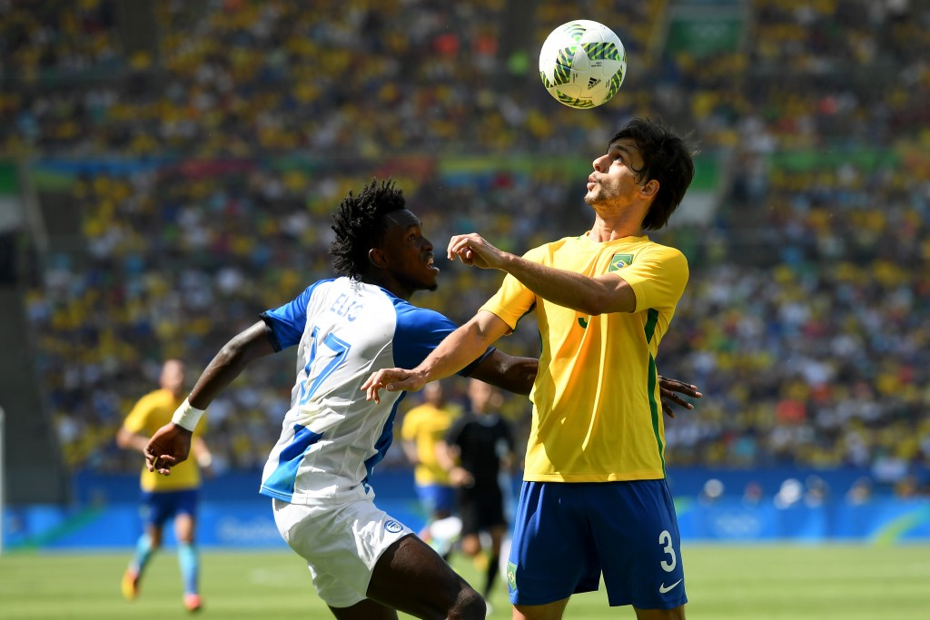 RIO DE JANEIRO, BRAZIL - AUGUST 17:  Alberth Elis of Honduras and Rodrigo Caio of Brazil in action during the Men's Semifinal Football match between Brazil and Honduras at Maracana Stadium on Day 12 of the Rio 2016 Olympic Games on August 17, 2016 in Rio de Janeiro, Brazil.  (Photo by Quinn Rooney/Getty Images)