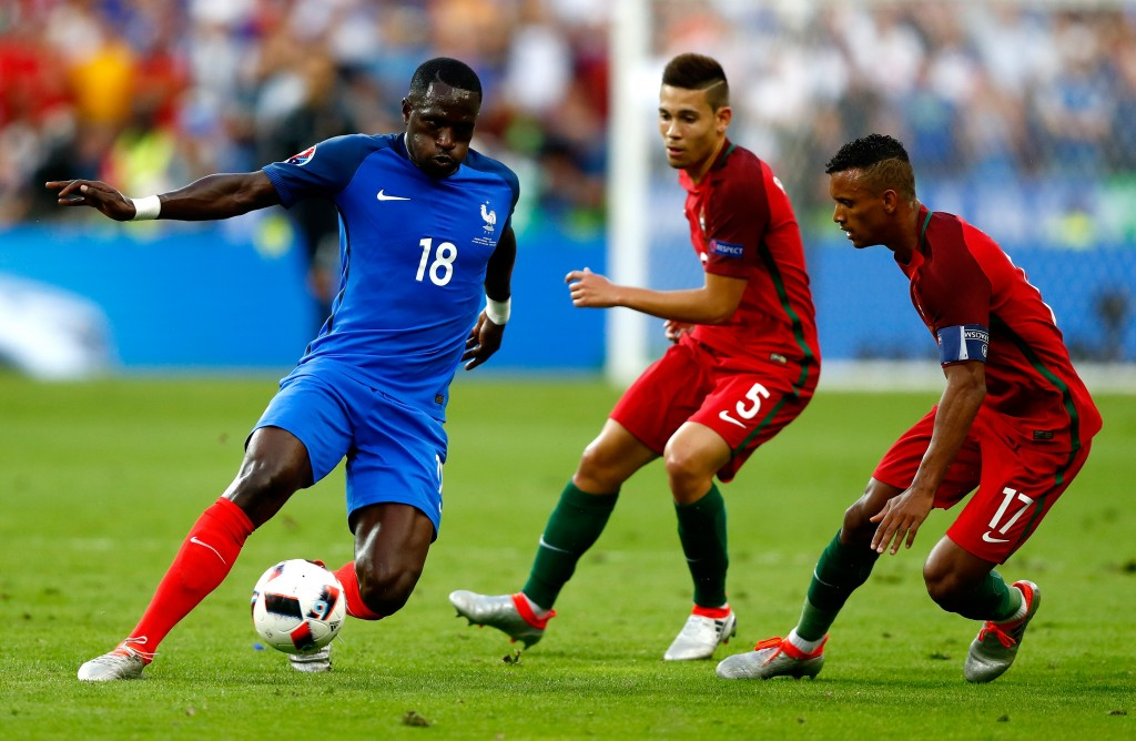 PARIS, FRANCE - JULY 10: Moussa Sissoko (L) of France competes for the ball against Raphael Guerreiro (C) and Nani (R) of Portugal during the UEFA EURO 2016 Final match between Portugal and France at Stade de France on July 10, 2016 in Paris, France. (Photo by Clive Rose/Getty Images)