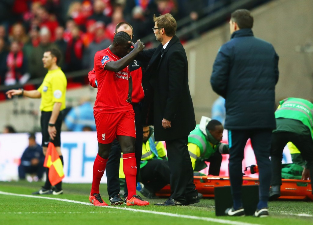 LONDON, ENGLAND - FEBRUARY 28: Jurgen Klopp, manager of Liverpool talks to an injured Mamadou Sakho during the Capital One Cup Final match between Liverpool and Manchester City at Wembley Stadium on February 28, 2016 in London, England. (Photo by Michael Steele/Getty Images)