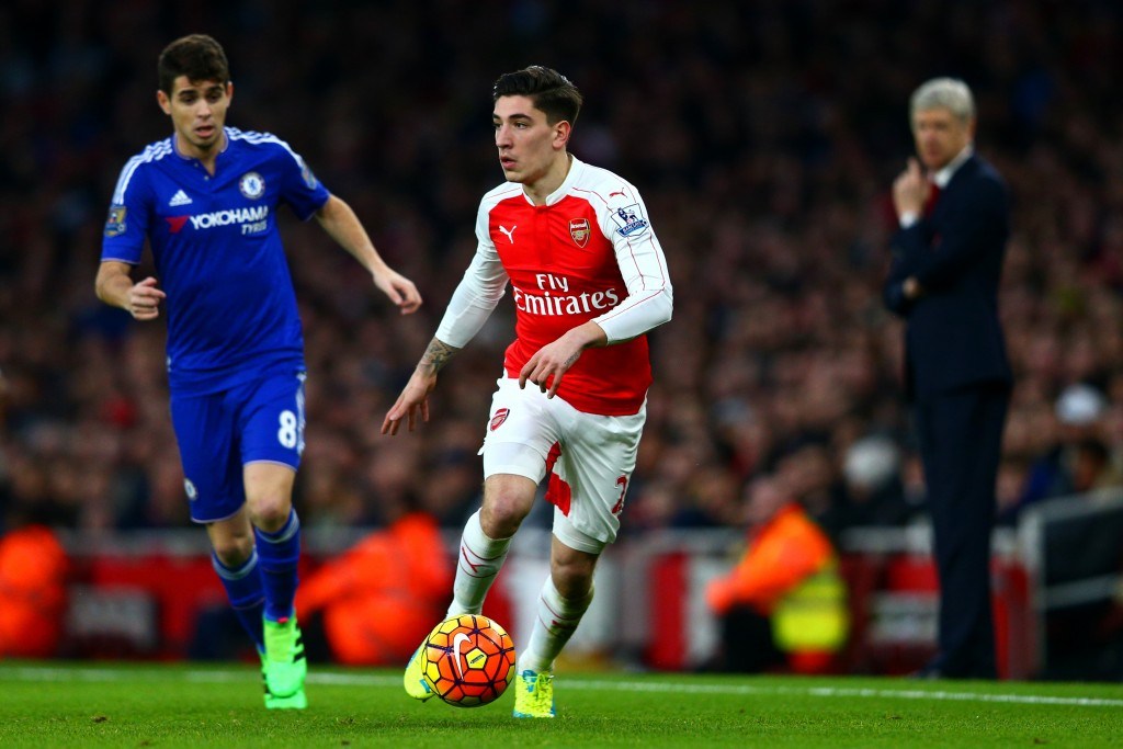 LONDON, ENGLAND - JANUARY 24: Hector Bellerin of Arsenal runs with the ball under pressure from Oscar of Chelsea as Arsene Wenger, Manager of Arsenal looks on during the Barclays Premier League match between Arsenal and Chelsea at Emirates Stadium on January 24, 2016 in London, England. (Photo by Clive Mason/Getty Images)