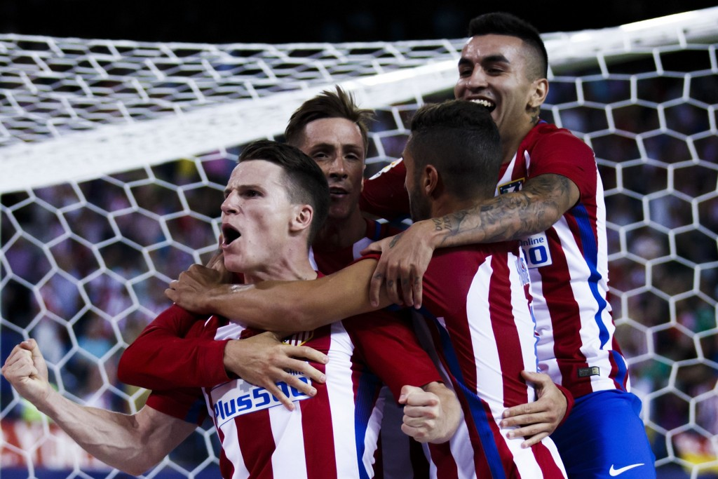 MADRID, SPAIN - AUGUST 21: Kevin Gameiro (L) of Atletico de Madrid celebrates scoring their opening goal with teammates Fernando Torres (2ndL), Koke (2ndR) and Angel Martin Correa (R) during the La Liga match between Club Atletico de Madrid and Deportivo Alaves at Vicente Calderon stadium on August 21, 2016 in Madrid, Spain. (Photo by Gonzalo Arroyo Moreno/Getty Images)