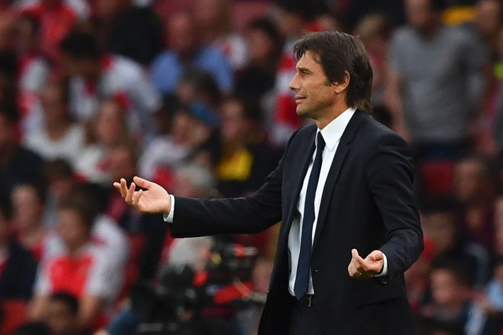 Chelsea's Italian head coach Antonio Conte watches from the touchline during the English Premier League football match between Arsenal and Chelsea at the Emirates Stadium in London on September 24, 2016. / AFP / Ben STANSALL / RESTRICTED TO EDITORIAL USE. No use with unauthorized audio, video, data, fixture lists, club/league logos or 'live' services. Online in-match use limited to 75 images, no video emulation. No use in betting, games or single club/league/player publications. / (Photo credit should read BEN STANSALL/AFP/Getty Images)