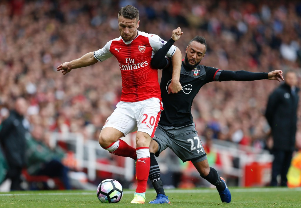 Arsenal's German defender Shkodran Mustafi (L) vies with Southampton's English midfielder Nathan Redmond (R) during the English Premier League football match between Arsenal and Southampton at The Emirates Stadium in London, on September 10, 2016. / AFP / IKIMAGES / IKimages / RESTRICTED TO EDITORIAL USE. No use with unauthorized audio, video, data, fixture lists, club/league logos or 'live' services. Online in-match use limited to 45 images, no video emulation. No use in betting, games or single club/league/player publications. (Photo credit should read IKIMAGES/AFP/Getty Images)
