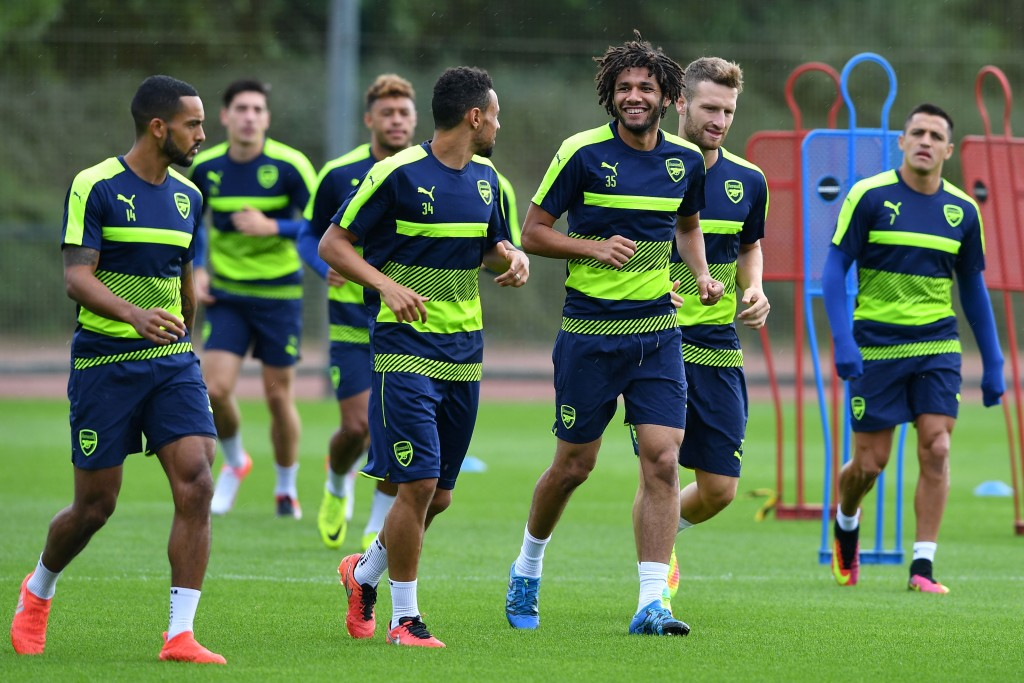 Arsenal's Egyptian midfielder Mohamed Elneny (3R) takes part in a training session at Arsenal's London Colney training ground on September 12, 2016 ahead of their UEFA Champions League group A match against Paris Saint-Germain. / AFP / BEN STANSALL (Photo credit should read BEN STANSALL/AFP/Getty Images)