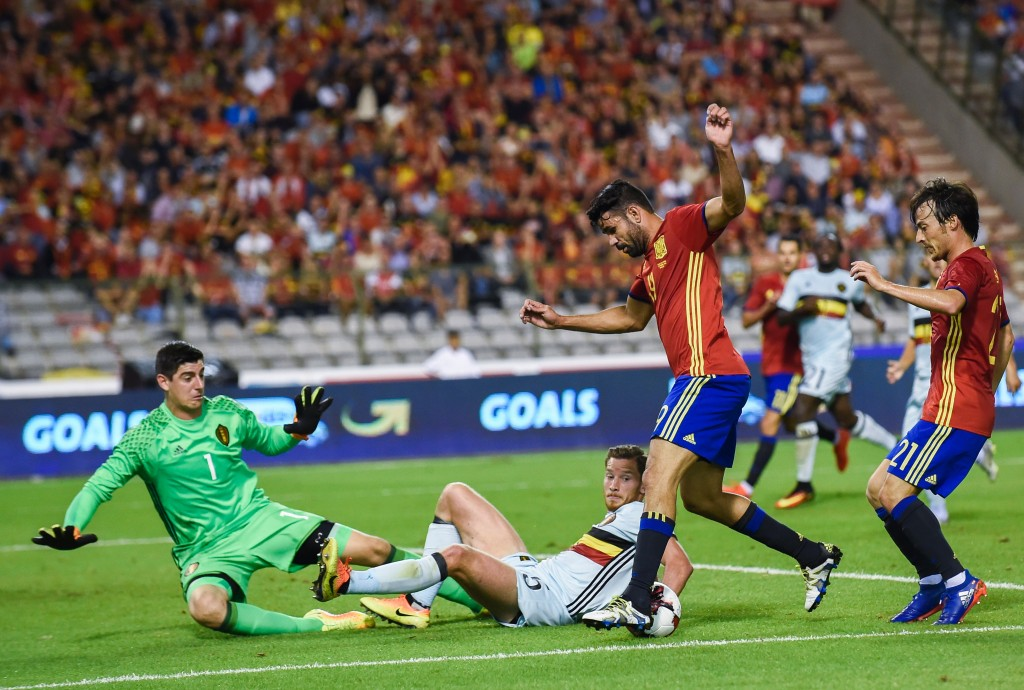 Belgium's Jan Vertonghen (C) vies with Spain's Diego Costa (2ndR) during the friendly football match between Belgium and Spain, at the King Baudouin Stadium, on September 1, 2016 in Brussels. / AFP / JOHN THYS (Photo credit should read JOHN THYS/AFP/Getty Images)