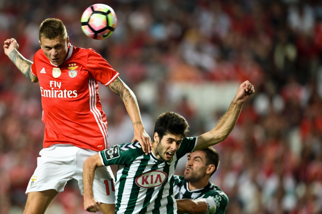 Benfica's Swedish defender Victor Lindelof (L) heads the ball with Setubal's midfielder Fabio Pacheco (C) during the Portuguese league football match SL Benfica vs Vitoria FC at the Luz stadium in Lisbon on August 21, 2016. / AFP / PATRICIA DE MELO MOREIRA (Photo credit should read PATRICIA DE MELO MOREIRA/AFP/Getty Images)