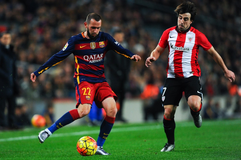 BARCELONA, SPAIN - JANUARY 17: Aleix Vidal of FC Barcelona competes for the ball with Benat Etxebarria of Athletic Club during the La Liga match between FC Barcelona and Athletic Club de Bilbao at Camp Nou on January 17, 2016 in Barcelona, Spain. (Photo by David Ramos/Getty Images)