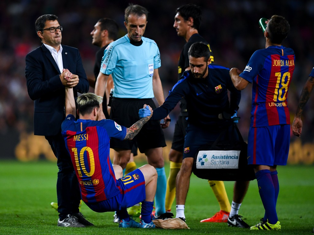 BARCELONA, SPAIN - SEPTEMBER 21: Lionel Messi of FC Barcelona is helped by medical staff as he leaves the pitch injured during the La Liga match between FC Barcelona and Club Atletico de Madrid at the Camp Nou stadium on September 21, 2016 in Barcelona, Spain. (Photo by David Ramos/Getty Images)