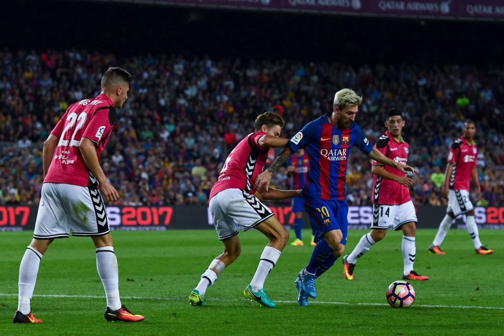 BARCELONA, SPAIN - SEPTEMBER 10: Lionel Messi of FC Barcelona competes for the ball with Deportivo Alaves players during the La Liga match between FC Barcelona and Deportivo Alaves at Camp Nou stadium on September 10, 2016 in Barcelona, Spain. (Photo by David Ramos/Getty Images)