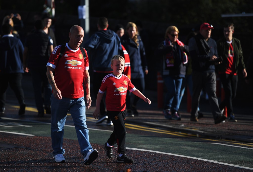 MANCHESTER, ENGLAND - AUGUST 19: Manchester United fans walk towards the ground prior to the Premier League match between Manchester United and Southampton at Old Trafford on August 19, 2016 in Manchester, England. (Photo by Michael Regan/Getty Images)