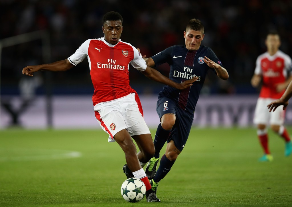 PARIS, FRANCE - SEPTEMBER 13: Alex Iwobi of Arsenal holds off Marco Verratti of PSG during the UEFA Champions League Group A match between Paris Saint-Germain and Arsenal FC at Parc des Princes on September 13, 2016 in Paris, France. (Photo by Julian Finney/Getty Images)