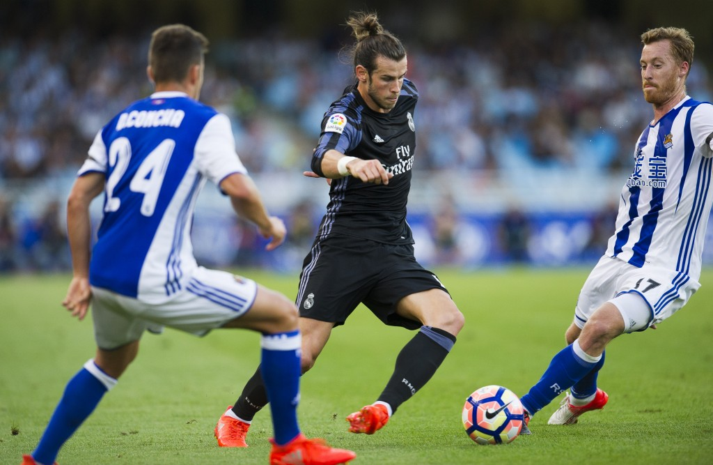 SAN SEBASTIAN, SPAIN - AUGUST 21: Gareth Bale of Real Madrid duels for the ball with David Zurutuza of Real Sociedad during the La Liga match between Real Sociedad de Futbol and Real Madrid at Estadio Anoeta on August 21, 2016 in San Sebastian, Spain. (Photo by Juan Manuel Serrano Arce/Getty Images)