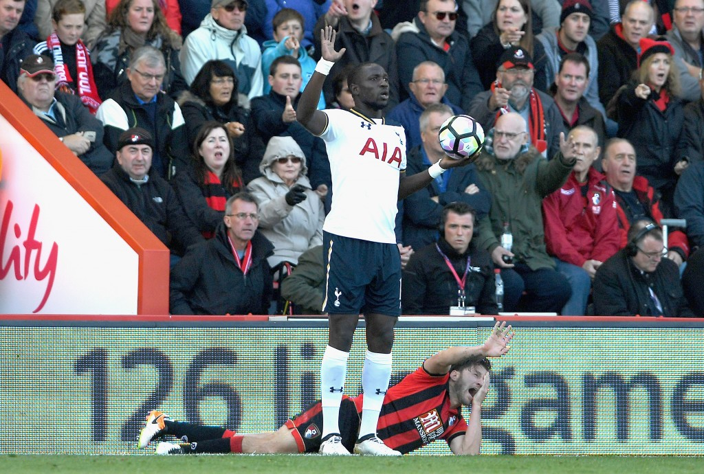 BOURNEMOUTH, ENGLAND - OCTOBER 22: Harry Arter of AFC Bournemouth (R) reacts to being elbowed by Moussa Sissoko of Tottenham Hotspur (L) during the Premier League match between AFC Bournemouth and Tottenham Hotspur at Vitality Stadium on October 22, 2016 in Bournemouth, England. (Photo by Mike Hewitt/Getty Images)