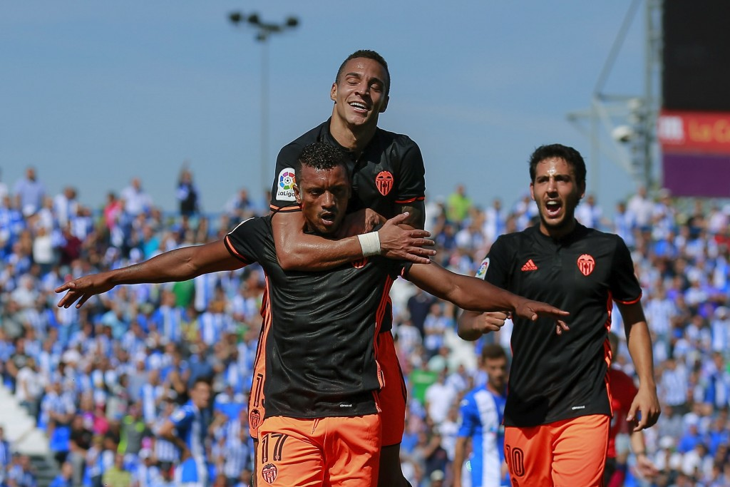 LEGATES, SPAIN - SEPTEMBER 25: Luis Carlos Almeida alias Nani (L) of Valencia CF celebrates scoring their opening goal during the La Liga match between CD Leganes and Valencia CF at Estadio Municipal de Butarque on September 25, 2016 in Leganes, Spain. (Photo by Gonzalo Arroyo Moreno/Getty Images)