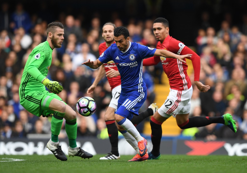 LONDON, ENGLAND - OCTOBER 23: Pedro of Chelsea takes the ball around David De Gea of Manchester United as he scores his sides first goal during the Premier League match between Chelsea and Manchester United at Stamford Bridge on October 23, 2016 in London, England. (Photo by Shaun Botterill/Getty Images)