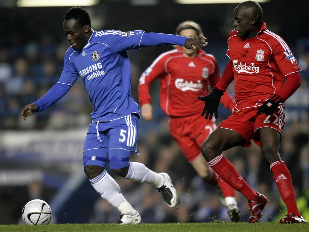 Chelsea's Ghanian player Michael Essien (L) evades Liverpool's Mali player Momo Sissoko (R) during the Carling Cup quarter-final football match at Stamford Bridge in London 19th December 2007. AFP PHOTO/Leon Neal Mobile and website use of domestic English football pictures are subject to obtaining a Photographic End User Licence from Football DataCo Ltd Tel : +44 (0) 207 864 9121 or e-mail accreditations@football-dataco.com - applies to Premier and Football League matches. (Photo credit should read Leon Neal/AFP/Getty Images)