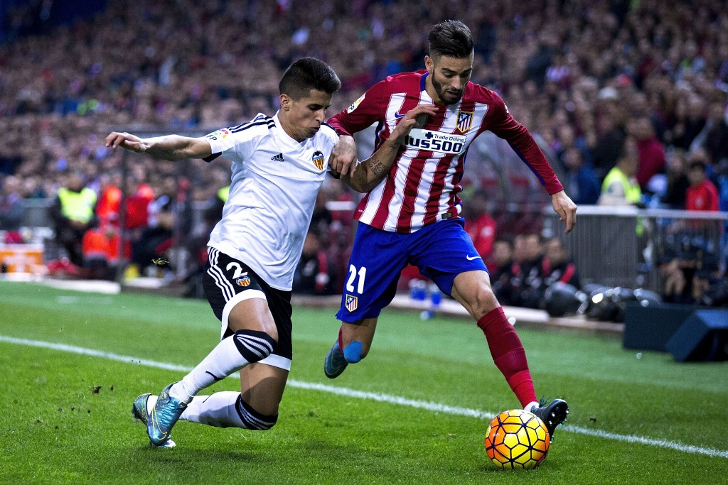 MADRID, SPAIN - OCTOBER 25: Yannick Carrasco (R) of Atletico de Madrid competes for the ball with Joan Cancelo (L) of Valencia CFduring the La Liga amtch between Club Atletico de Madrid and Valencia CF at Vicente Calderon Stadium on October 25, 2015 in Madrid, Spain. (Photo by Gonzalo Arroyo Moreno/Getty Images)