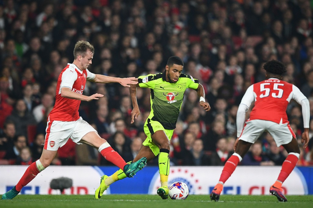 Reading's English striker Dominic Samuel (C) vies with Arsenal's English defender Rob Holding (L) and Arsenal's English midfielder Ainsley Maitland-Niles (R) during the EFL (English Football League) Cup fourth round match between Arsenal and Reading at The Emirates Stadium in London on October 25, 2016. / AFP / Justin TALLIS / RESTRICTED TO EDITORIAL USE. No use with unauthorized audio, video, data, fixture lists, club/league logos or 'live' services. Online in-match use limited to 75 images, no video emulation. No use in betting, games or single club/league/player publications. / (Photo credit should read JUSTIN TALLIS/AFP/Getty Images)