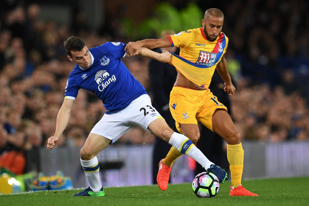 Everton's Irish defender Seamus Coleman (L) vies with Crystal Palace's English midfielder Andros Townsend during the English Premier League football match between Everton and Crystal Palace at Goodison Park in Liverpool, north west England on September 30, 2016. / AFP / PAUL ELLIS / RESTRICTED TO EDITORIAL USE. No use with unauthorized audio, video, data, fixture lists, club/league logos or 'live' services. Online in-match use limited to 75 images, no video emulation. No use in betting, games or single club/league/player publications. / (Photo credit should read PAUL ELLIS/AFP/Getty Images)
