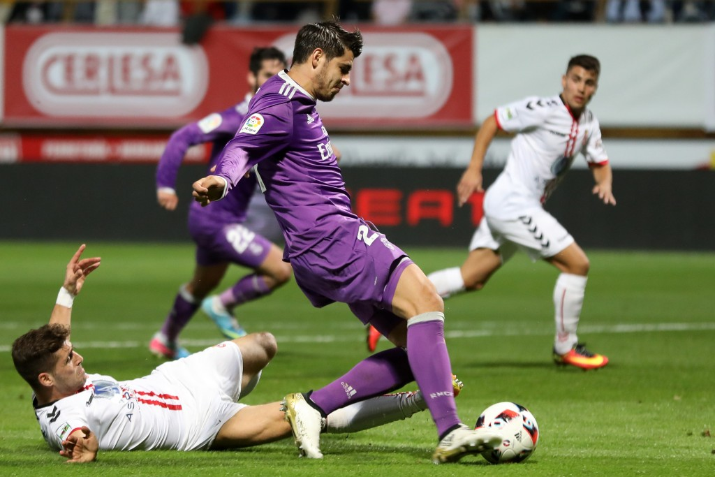 Deportiva Leonesa's defender Ivan Gonzalez (L) vies with Real Madrid's forward Alvaro Morata (C) during the Spanish Copa del Rey (King's Cup) round of 32 first leg football match between Cultural y Deportiva Leonesa and Real Madrid at the Reino de Leon stadium in Leon, on October 26, 2016. / AFP / CESAR MANSO (Photo credit should read CESAR MANSO/AFP/Getty Images)