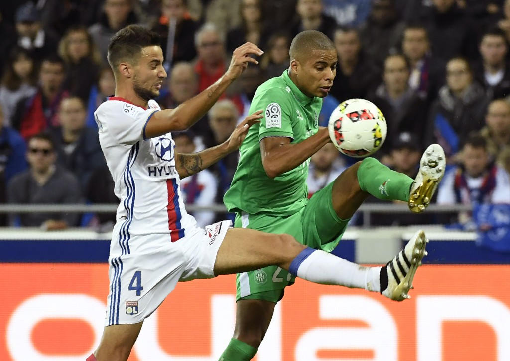 Saint-Etienne's French forward Kevin Monnet-Paquet (R) vies with Lyon's Argentin defender Emanuel Mammana (L) during the French L1 football match Olympique Lyonnais against AS Saint-Etienne on October 2, 2016, at the Parc Olympique Lyonnais in Decines-Charpieu near Lyon, southeastern France. / AFP / PHILIPPE DESMAZES (Photo credit should read PHILIPPE DESMAZES/AFP/Getty Images)