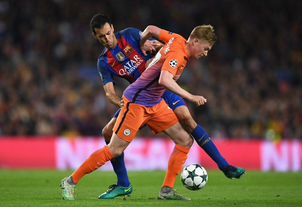 BARCELONA, SPAIN - OCTOBER 19: Kevin De Bruyne of Manchester City holds off the challenge of Sergio Busquets of Barcelona during the UEFA Champions League group C match between FC Barcelona and Manchester City FC at Camp Nou on October 19, 2016 in Barcelona, Spain. (Photo by Shaun Botterill/Getty Images)