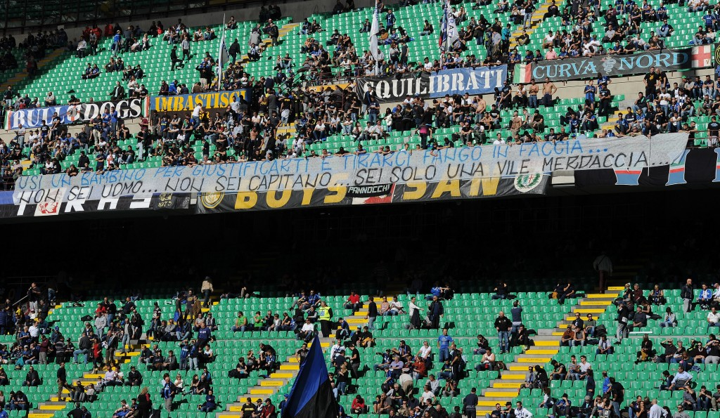 MILAN, ITALY - OCTOBER 16: A banner to challenge the captain of Inter Mauro Icardi is displayed during the Serie A match between FC Internazionale and Cagliari Calcio at Stadio Giuseppe Meazza on October 16, 2016 in Milan, Italy. (Photo by Pier Marco Tacca/Getty Images)