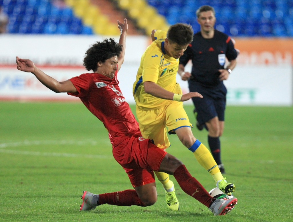 KAZAN, RUSSIA - AUGUST 10: Mauricio Lemos (L) of FC Rubin Kazan is challenged by Dmitry Poloz of FC Rostov Rostov-on-Don during the Russian Premier League match between FC Rubin Kazan and FC Rostov Rostov-on-Don at the Tsentraliniy Stadium on Monday, Aug 10, 2015 in Kazan, Russia. (Photo by Epsilon/Getty Images)