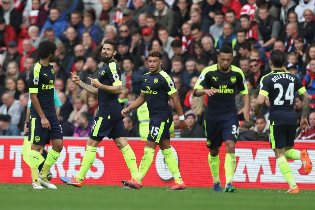 SUNDERLAND, ENGLAND - OCTOBER 29: Olivier Giroud of Arsenal (C) celebrates scoring his sides second goal with his Arsenal team mates during the Premier League match between Sunderland and Arsenal at the Stadium of Light on October 29, 2016 in Sunderland, England. (Photo by Ian MacNicol/Getty Images)