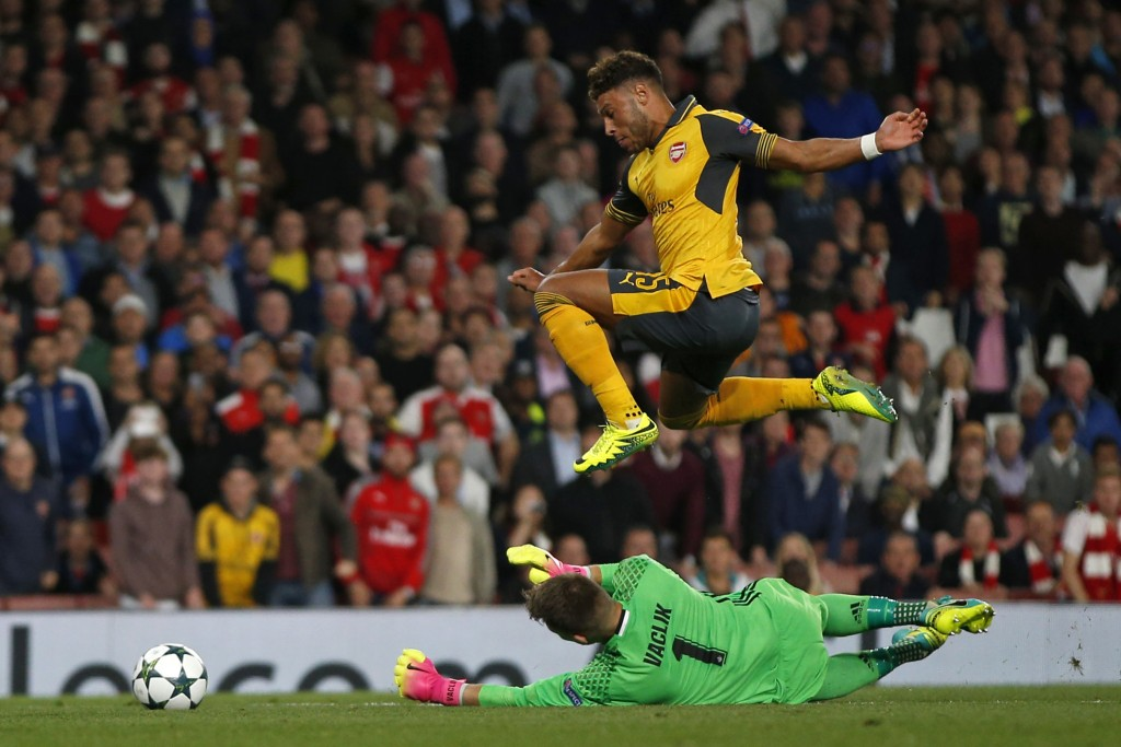 TOPSHOT - Arsenal's English midfielder Alex Oxlade-Chamberlain (up) vies with Basel's Czech goalkeeper Tomas Vaclik during the UEFA Champions League Group A football match between Arsenal and FC Basel at The Emirates Stadium in London on September 28, 2016. Arsenal won the game 2-0. / AFP / Adrian DENNIS (Photo credit should read ADRIAN DENNIS/AFP/Getty Images)