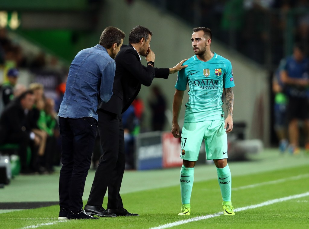 MOENCHENGLADBACH, GERMANY - SEPTEMBER 28: Luis Enrique, Manager of Barcelona issues instructions to Paco Alcacer of Barcelona during the UEFA Champions League group C match between VfL Borussia Moenchengladbach and FC Barcelona at Borussia-Park on September 28, 2016 in Moenchengladbach, North Rhine-Westphalia. (Photo by Alex Grimm/Bongarts/Getty Images)
