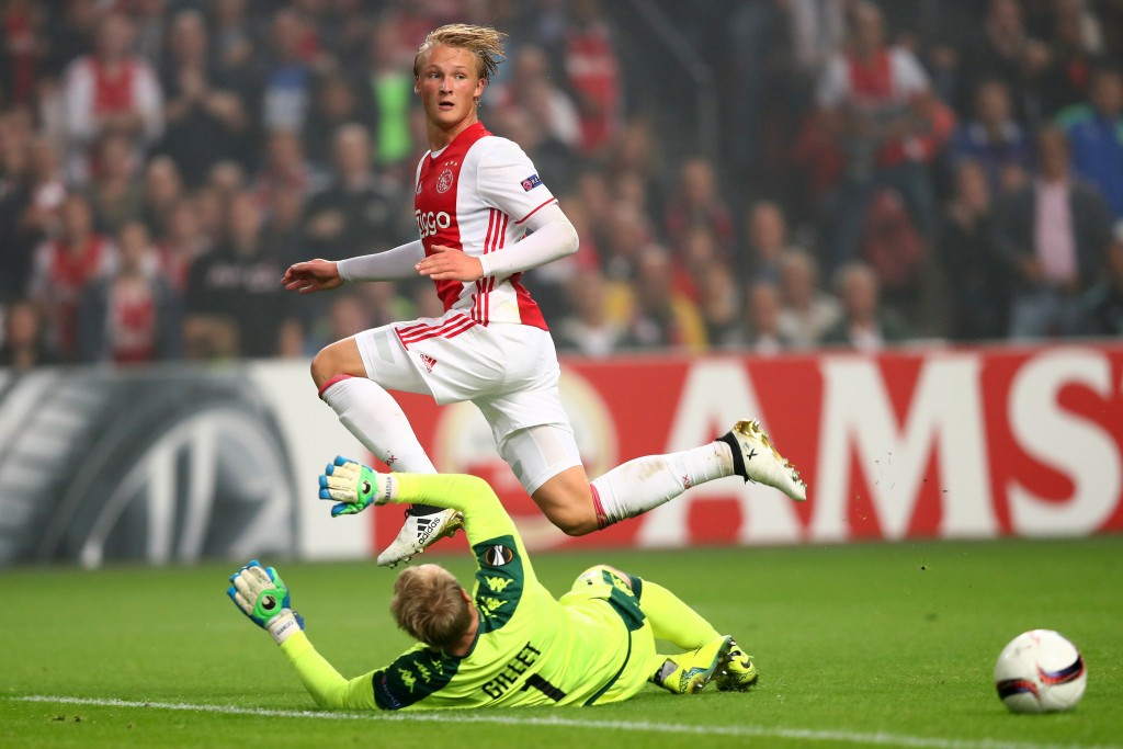 AMSTERDAM, NETHERLANDS - SEPTEMBER 29: Kasper Dolberg of Ajax is tackled by goalkeeper Jean-François Gillet of Standard Liege during the UEFA Europa League group A match between Manchester United FC and FC Zorya Luhansk at Old Trafford on September 29, 2016 in Manchester, England. (Photo by Dean Mouhtaropoulos/Getty Images)