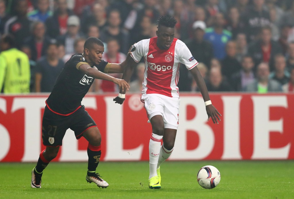AMSTERDAM, NETHERLANDS - SEPTEMBER 29: Bertrand Traore of Ajax is chalenged by Darwin Andrade of Standard Liege during the UEFA Europa League group G match between AFC Ajax and R. Standard de Liege at the Amsterdam Arena on September 29, 2016 in Amsterdam, Netherlands. (Photo by Dean Mouhtaropoulos/Getty Images)