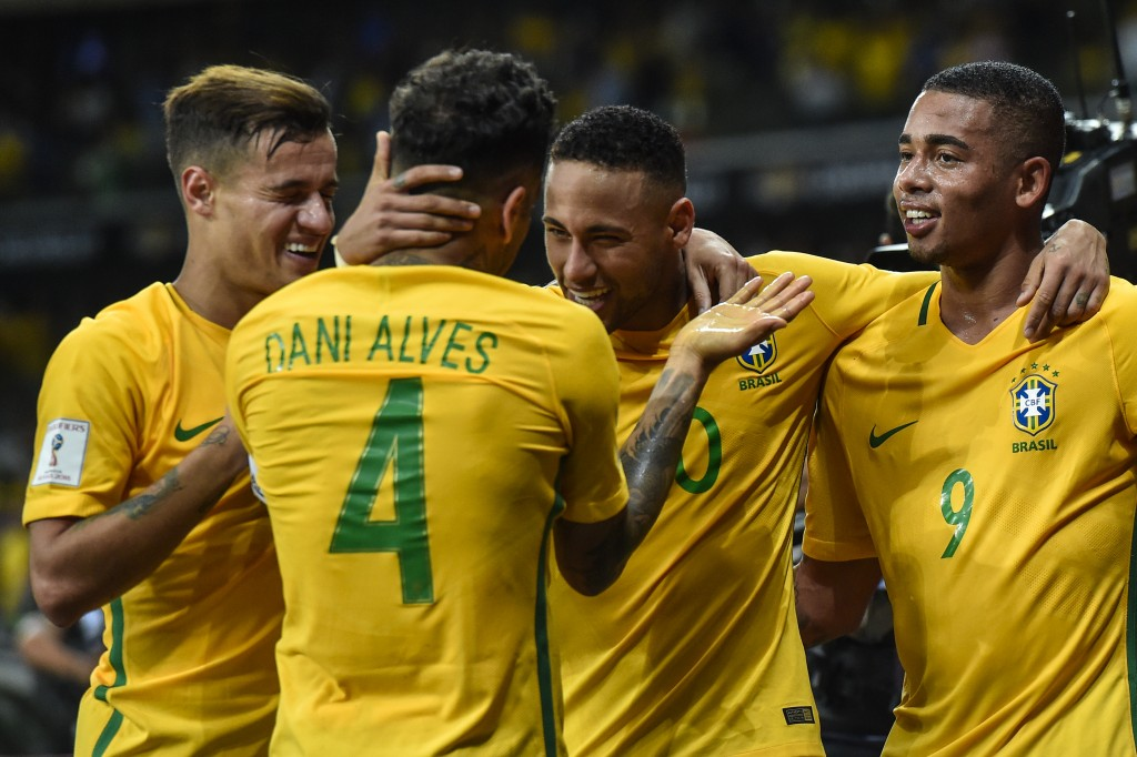 BELO HORIZONTE, BRAZIL - NOVEMBER 10: Philippe Coutinho #11, Dani Alves #4, Neymar #10 and Gabriel Jesus #9 of Brazil celebrates a scored goal against Argentina during a match between Brazil and Argentina as part 2018 FIFA World Cup Russia Qualifier at Mineirao stadium on November 10, 2016 in Belo Horizonte, Brazil. (Photo by Pedro Vilela/Getty Images)