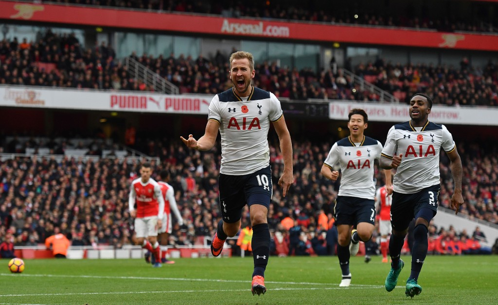 Tottenham Hotspur's English striker Harry Kane (c) celebrates scoring his team's first goal from the penalty spot during the English Premier League football match between Arsenal and Tottenham Hotspur at the Emirates Stadium in London on November 6, 2016. / AFP / BEN STANSALL / RESTRICTED TO EDITORIAL USE. No use with unauthorized audio, video, data, fixture lists, club/league logos or 'live' services. Online in-match use limited to 75 images, no video emulation. No use in betting, games or single club/league/player publications. / (Photo credit should read BEN STANSALL/AFP/Getty Images)