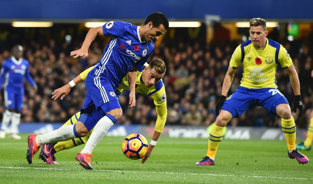 Chelsea's Spanish midfielder Pedro vies with Everton's Argentinian defender Ramiro Funes Mori and Everton's Costa Rican midfielder Bryan Oviedo (R) during the English Premier League football match between Chelsea and Everton at Stamford Bridge in London on November 5, 2016. / AFP / Glyn KIRK / RESTRICTED TO EDITORIAL USE. No use with unauthorized audio, video, data, fixture lists, club/league logos or 'live' services. Online in-match use limited to 75 images, no video emulation. No use in betting, games or single club/league/player publications. / (Photo credit should read GLYN KIRK/AFP/Getty Images)