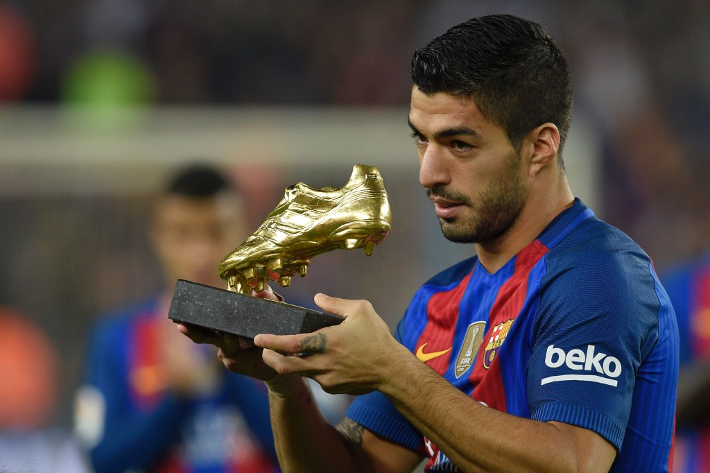 Barcelona's Uruguayan forward Luis Suarez shows the 2015-2016 Golden Shoe award to the leading goalscorer in league matches from the top division of every European national leagues before the Spanish league football match between FC Barcelona and Granada FC at the Camp Nou stadium in Barcelona on October 29, 2016. / AFP / LLUIS GENE (Photo credit should read LLUIS GENE/AFP/Getty Images)