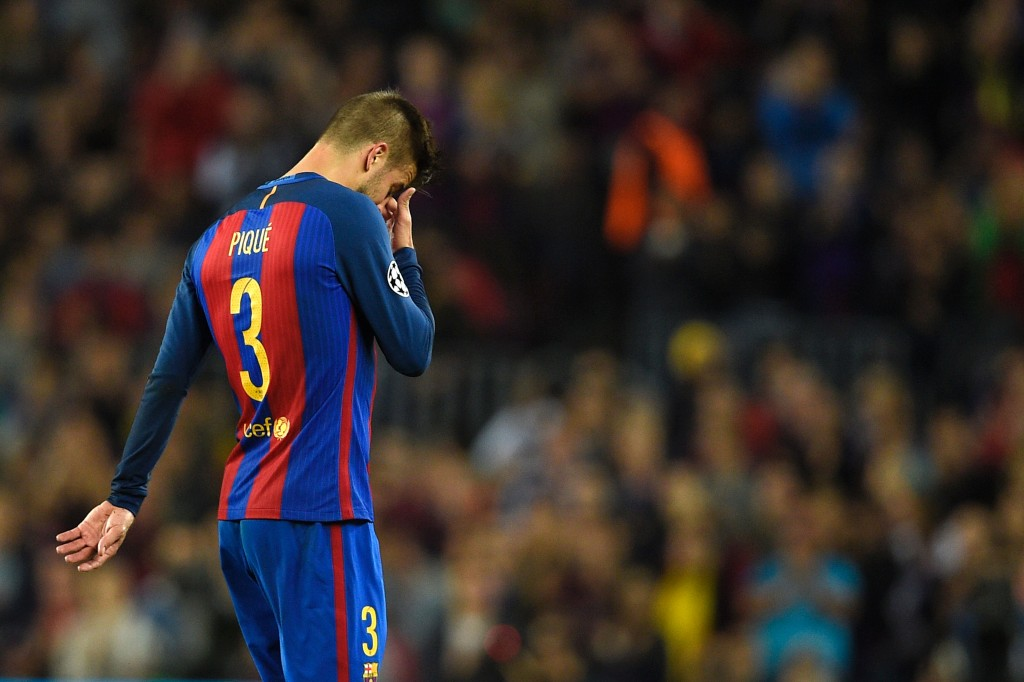 Barcelona's defender Gerard Pique gestures as he leaves the pitch after resulting injured during the UEFA Champions League football match FC Barcelona vs Manchester City at the Camp Nou stadium in Barcelona on October 19, 2016. / AFP / LLUIS GENE (Photo credit should read LLUIS GENE/AFP/Getty Images)