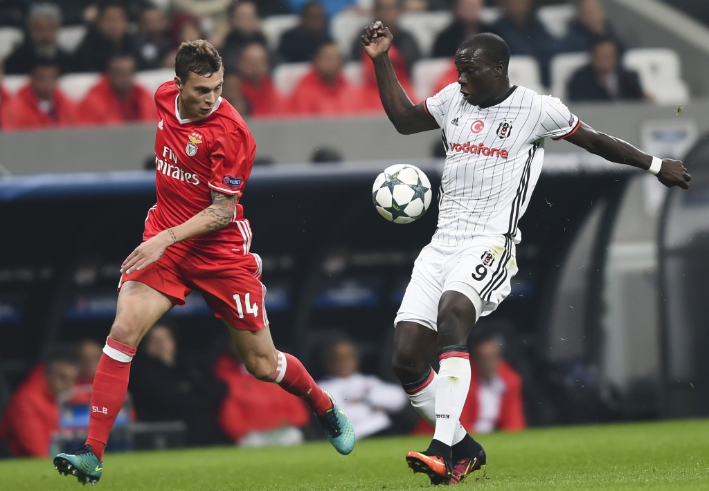 Benfica's Victor Nilsson Lindelof (L) vies for the ball with Besiktas's Vincent Aboubakar (C) during the UEFA Champions League group B football match at the Vodafone Arena in Istanbul on November 23, 2016. / AFP / BULENT KILIC (Photo credit should read BULENT KILIC/AFP/Getty Images)