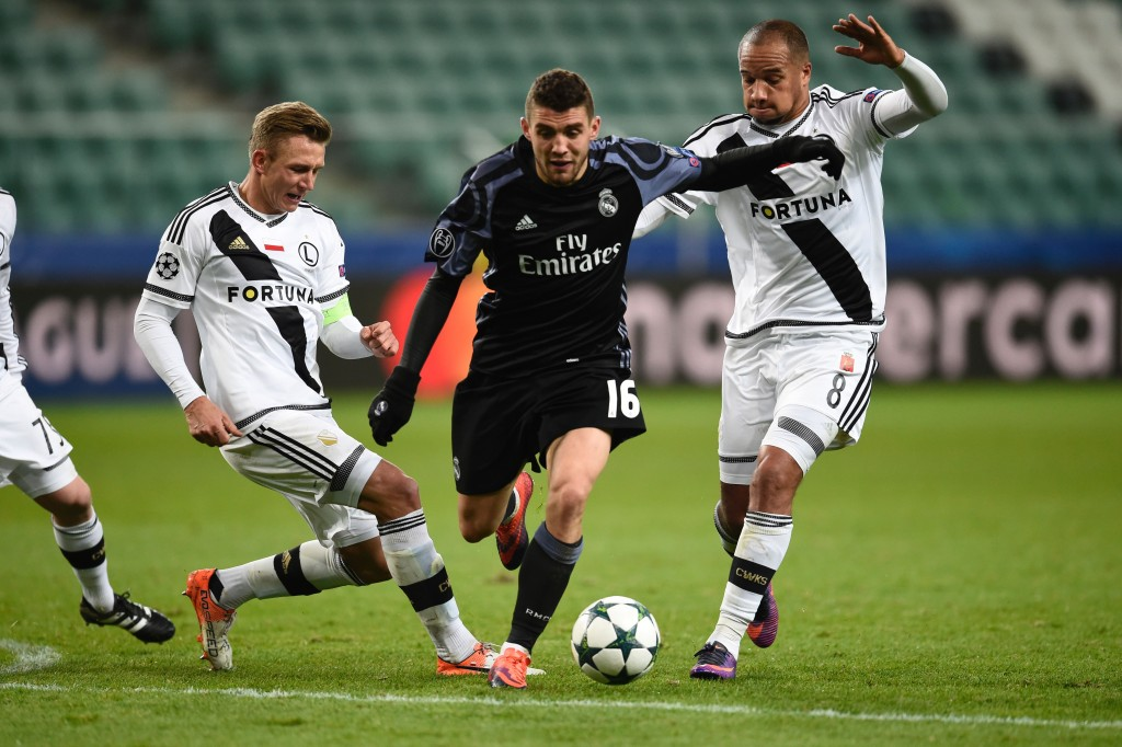Real Madrid's Croatian midfielder Mateo Kovacic (C) is pressured by Legia Warsaw's Belgian midfielder Vadis Odjidja (R) and Legia Warsaw's defender Jakub Rzezniczak during the UEFA Champions League group F football match Legia Warsaw vs Real Madrid CF in Warsaw, Poland on November 2, 2016. / AFP / ODD ANDERSEN (Photo credit should read ODD ANDERSEN/AFP/Getty Images)