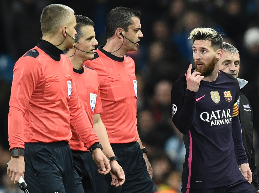 Barcelona's Argentinian striker Lionel Messi (2R) gestures as he speaks with Hungarian referee Victor Kassai (C) as they leave the pitch at half-time during the UEFA Champions League group C football match between Manchester City and Barcelona at the Etihad Stadium in Manchester, north west England on November 1, 2016. / AFP / OLI SCARFF (Photo credit should read OLI SCARFF/AFP/Getty Images)