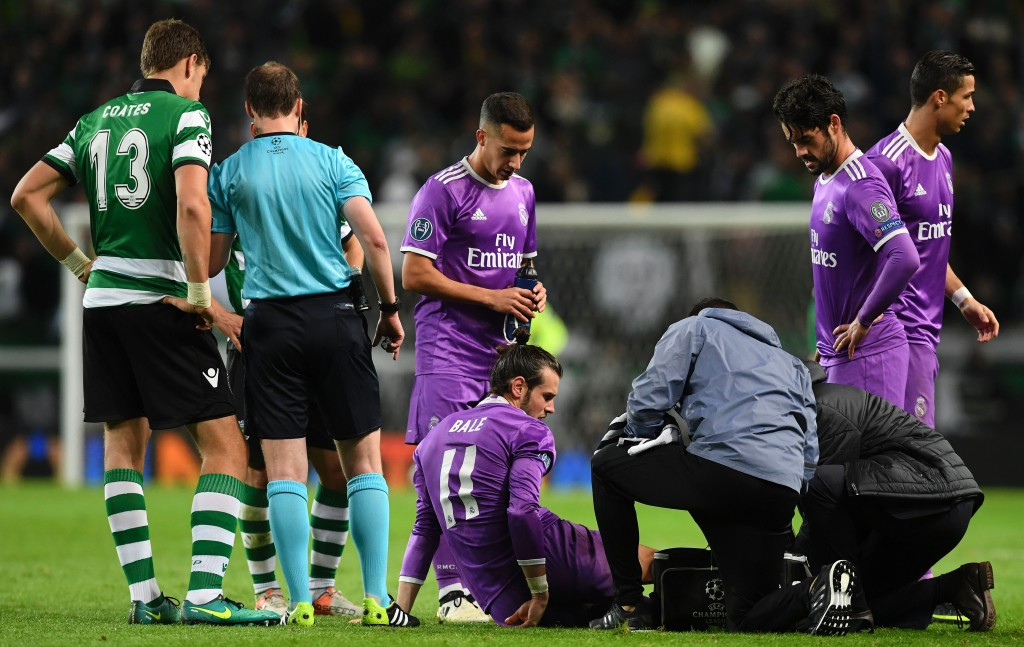 Real Madrid's Welsh forward Gareth Bale (DOWN) is checked by medics during the UEFA Champions League football match Sporting CP vs Real Madrid CF at the Jose Alvalade stadium in Lisbon on November 22, 2016. / AFP / FRANCISCO LEONG (Photo credit should read FRANCISCO LEONG/AFP/Getty Images)