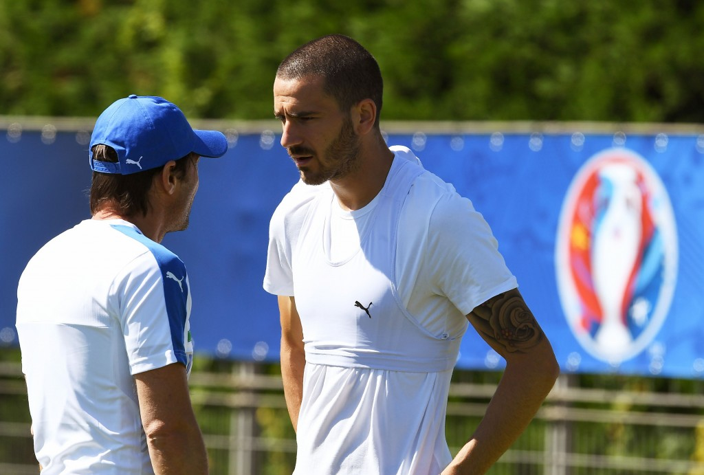 Italy's defender Leonardo Bonucci (R) talks with Italy's coach Antonio Conte during a training session of Italy's national football team in Montpellier, southern France, on June 9, 2016, prior to the Euro 2016 football tournament. / AFP / VINCENZO PINTO (Photo credit should read VINCENZO PINTO/AFP/Getty Images)