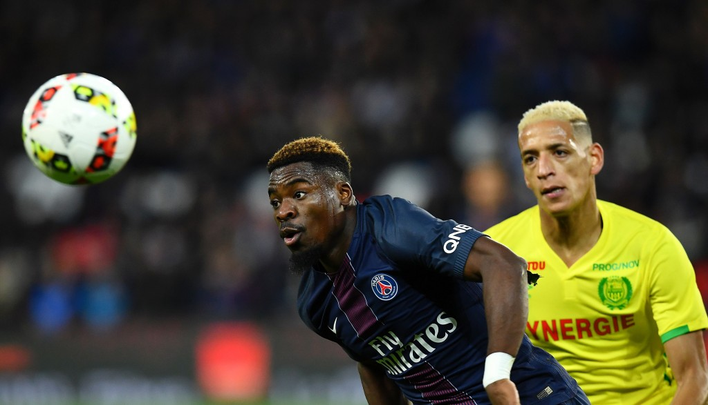 Paris Saint-Germain's Ivorian defender Serge Aurier (L) eyes the ball next to Nantes' French forward Yacine Bammou during the French L1 football match between Paris Saint-Germain (PSG) and Nantes at the Parc des Princes stadium in Paris on November 19, 2016. / AFP / FRANCK FIFE (Photo credit should read FRANCK FIFE/AFP/Getty Images)