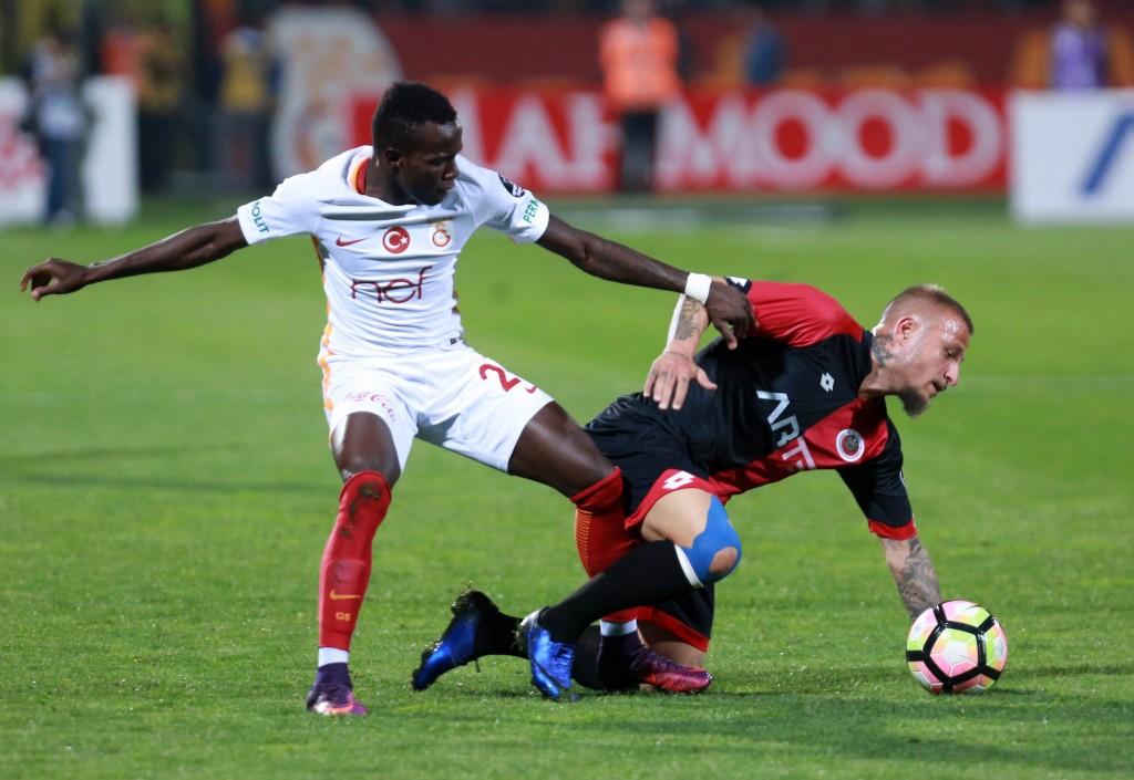 Bruma (L) of Galatasaray vies with Aydin Karabulut of Genclerbirligi during the Turkish Super Lig football match between Genclerbirligi and Galatasaray at the 19 Mayis stadium in Ankara,on October 15, 2016. / AFP / ADEM ALTAN (Photo credit should read ADEM ALTAN/AFP/Getty Images)